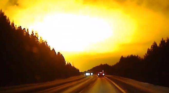 ASTRONOMIA ?? :Una brillante luz ilumina la noche de Rusia sin explicación