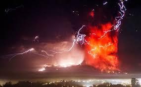 Ovni aparece en medio de la erupción del volcán Calbuco (HD)