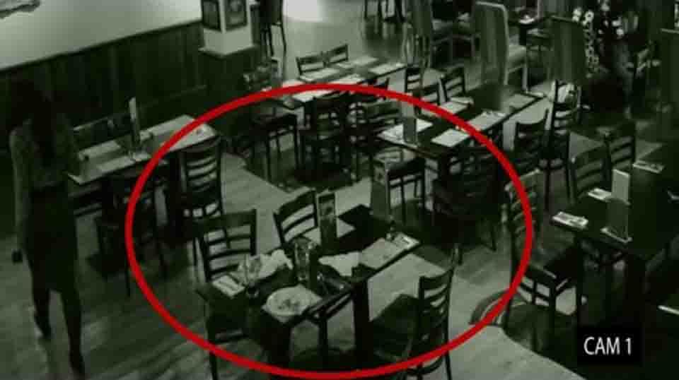 El extraño suceso que quedó registrado en las cámaras de seguridad de un restaurante.