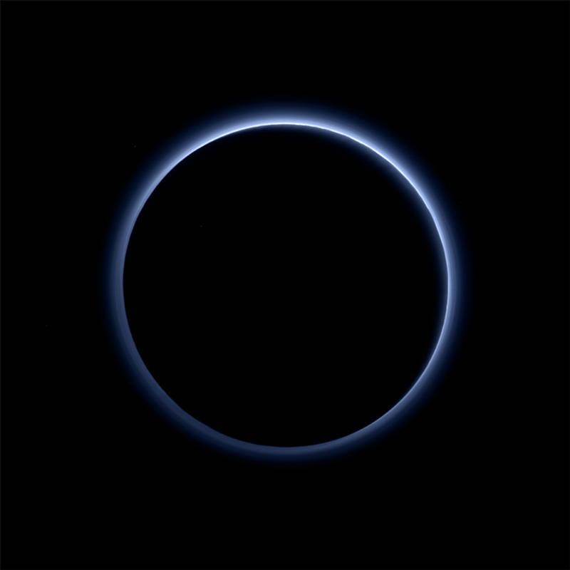 Plutón tiene cielos azules y hielo de agua