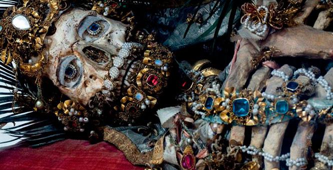 El misterio de los esqueletos envueltos en joyas en catacumbas